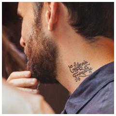 tatouage personnalisé noir cou